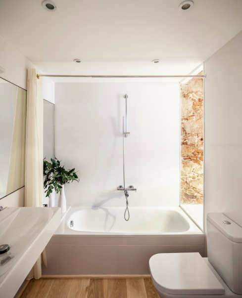 Rénovation Les Corts, Barcelone. Salle de bain. Sergi Pons Architects. Photo: Adrià Goula