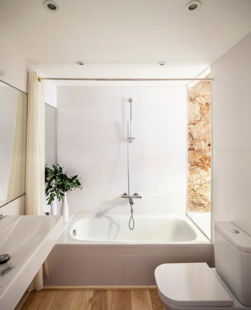 Rénovation Les Corts, Barcelone. Salle de bain. Sergi Pons Architects. Photo: Adrià Goula