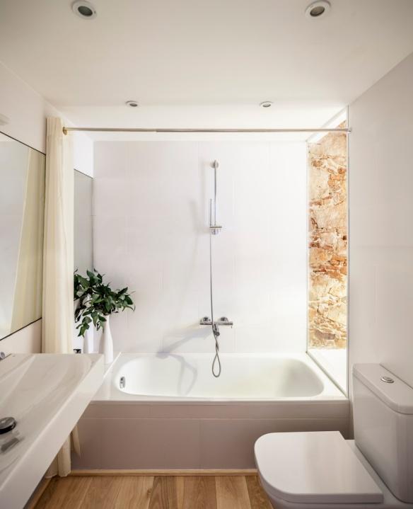 Renovación Les Corts, Barcelona. Cuarto de baño. Sergi Pons Architects. Foto: Adrià Goula
