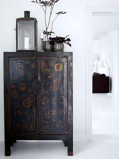 Amoire chinoise, noire et motifs dorés